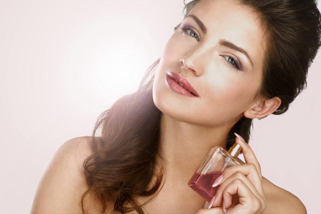 Vacker kvinna med parfym